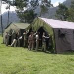 Personel Satpol PP Karanganyar memasang tenda di lokasi penyelenggaraan Jambore Satpol PP VI Jateng 2016 di Blumbang, Tawangmangu, Karanganyar, Selasa (20/9/2016) pagi. (Istimewa)