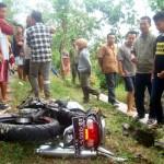 Warga mengerumuni motor Yamaha Scorpio Z berpelat nomor AD 3001 WE dalam kondisi ringsek di lokasi kejadian kecelakaan lalu lintas jalan Sragen-Sambirejo, Ngarum, Ngrampal, Sragen, Minggu (25/9/2016). (Tri Rahayu/JIBI/Solopos)