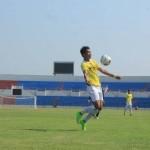 Pemain Nur Iman (Kuning) saat menahan bola umpan dari temannya saat melawan Ar-Romli di Stadion Sultan Agung Bantul, Selasa (6/9/2016). (Ujang Hasanudin/JIBI/Harian Jogja)
