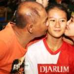 Peserta asal Tuban yang mengikuti audisi di Solo, Fradila Selma Anggita, mendapat ciuman dari kedua orangtuanya setelah dinyatakan lolos ke tahap II Audisi Final Djarum Beasiswa Bulutangkis 2016 di GOR Djarum, Jati, Kudus, Sabtu (3/9/2016). (Imam Yuda Saputra/JIBI/Semarangpos.com)