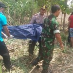 Polisi dan petugas medis mengindentifikasi mayat Supi, 42, yang ditemukan tewas mengenaskan di di ladang tebu di hutan milik Perhutani, di Desa Kandangsapi, Jenar, Sragen, Jumat (9/9/2016) pagi. (Istimewa)