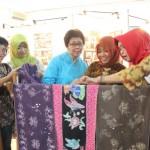 Jajaran dosen FSRD UNS Solo melihat batik karya mahasiswa asing yang dipamerkan dalam International Batik Short Course Exhibition Wonderfull Batik di Galeri Seni Rupa FSRD UNS, Jumat (30/9/2016). (Septhia Ryanthie/JIBI/Solopos)