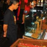 Seorang pengunjung saat melihat koleksi benda pusaka di pameran pusaka Grebeg Suro 2016 di Pendapa Kabupaten Ponorogo, Selasa (27/9/2016). (Abdul Jalil/JIBI/Madiunpos.com)