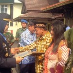 Bupati Sragen Yuni Sukowati menyerahkan penghargaan dan dana tali asih kepada perwakilan pensiunan PNS secara simbolis di halaman Setda Sragen, Senin (19/9/2016). (Tri Rahayu/JIBI/Solopos)