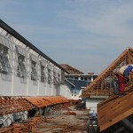 Pekerja menurunkan genting bekas gedung RSUD Banyudono, Selasa (20/9/2016). (Hijriyah Al Wakhidah/JIBI/Solopos)