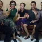 Reza Artamevia saat menengok Gatot Brajamusti dan Istrinya, Dewi Aminah di Polda NTB (Okezone.com/Istimewa)