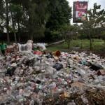 Petugas kebersihan mengumpulkan sampah pasca penyelenggaraan Festival Payung Indonesia #3 di Taman Balekambang, Solo, Senin (26/9/2016). Selama tiga hari penyelenggaraan festival tersebut sampah di Taman Balekambang hampir mencapai 1 ton. (Nicolous Irawan/JIBI/Solopos)