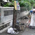 Petugas kebersihan di Semanggi, Wawan, 43, menubggu kedatangan TPS mobile di tepi Jl. Serang, Selasa (27/9/2016). Petugas pembawa gerobak memgaku kerap mendapat keluhan warga. (Irawan Sapto Adhi/JIBI/Solopos)