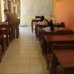 Seorang guru sedang mengajar salah satu kelas dengan jumlah siswa tiga anak di SDN 3 Gunungsari, Kecamatan Arjosari, Pacitan, Senin (5/9/2016). (Abdul Jalil/JIBI/Madiunpos.com)
