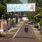 Seorang warga melintas di bawah spanduk bertuliskan penolakan warga tentang pendirian tower di lingkungan RT 003, Kampung Ngledok, Kelurahan Sragen Tengah, Sragen, Minggu (18/9/2016). (Tri Rahayu/JIBI/Solopos)