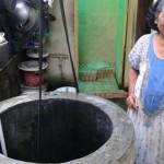 Warga Kampung Gambuhan RT 004/RW 003 Kelurahan Baluwarti, Pasar Kliwon, menunjukkan sumurnya yang mengering, Senin (19/9/2016). Warga berharap sering terjadi hujan agar air sumur kembali terisi. (Irawan Sapto Adhi/JIBI/Solopos)