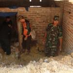 Sejumlah petugas saat membersihkan material longsoran dari rumah Jairan di RT 003/RW 004, Dusun Karangrejo, Desa Baosan Lor, Kecamatan Ngrayun, Ponorogo, Rabu (28/9/2016). (Abdul Jalil/JIBI/Madiunpos.com)