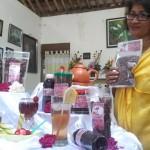 Pelaku UKM dan industri kreatif, Hendrati Sri Kristyaningsih, menunjukkan produk kreatif berupa teh mawar dan sirup mawar, di kediamannya di Singkil, Boyolali Kota, belum lama ini. (Hijriyah Al Wakhidah/JIBI/Solopos)