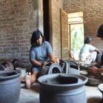 Warga Dusun Senik, Bumirejo, Lendah telah memproduksi gerabah secara turun temurun sejak jaman nenek moyang. Gerabah di dusun ini disepuh dengan tanah merah di bagian akhir produksi sebagai ciri khasnya, Selasa (18/10/2016).(Sekar Langit Nariswari/JIBI/Harian Jogja)