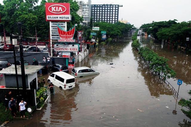 Sejumlah kendaraan terjebak banjir di kawasan Pasteur, Bandung, Jawa Barat, Senin (24/10/2016). Curah hujan yang tinggi dan buruknya drainase menyebabkan kawasan tersebut terendam banjir. (JIBI/Solopos/Antara/Agus Bebeng)