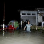 Banjir setinggi pinggang menggenagi kampung Totosari Rw14, Pajang, Laweyan Solo, Selasa (4/10/2016). Banjir akibat luapan Kali Kleco tersebut akibat air kiriman dari daerah Kartasura, dan Boyolali. (Sunaryo HB/JIBI/Solopos)