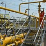 Pekerja mengoperasikan alat pengatur aliran BBG di stasiun penyalur gas PT Kalimantan Jawa Gas—anak perusahaan PGN—di Semarang, Jateng, Rabu (19/10/2016). (JIBI/Solopos/Antara/R. Rekotomo)