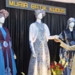 Pengunjung melihat produk kerajinan batik pada Kudus UMKM Expo 2016 di Alun-Alun Kota Kudus, Jateng, Kamis (26/10/2016) malam. (JIBI/Solopos/Antara/Yusuf Nugroho)