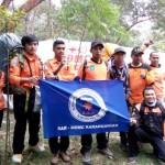 Tim MDMC Karanganyar berfoto bersama di dekat Pos Pendakian Cemoro Kandang, Tawangmangu, Minggu (2/10/2016) pagi. (Istimewa/MDMC Karanganyar)