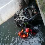 Proses evakuasi mobil grand livina karena banjir bandung (Istimewa/Facebook/Yudi Rusmayadi)