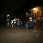 Air luapan Kali Jenes terlihat menggenangi kawasan rumah warga di Kampung Bratan, Pajang, Laweyan, Solo, Selasa (4/10/2016) malam. (Ivanovic Aldino/JIBI/Solopos)