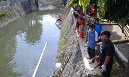 Sejumlah warga mengikuti kegiatan kerja bakti membersihkan Kali Pepe di dekat Taman Parkir Loji Wetan, Pasar Kliwon, Solo, Minggu (30/10/2016). (Irawan Sapto Adhi/JIBI/Solopos)