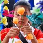 FOTO DAUR ULANG SAMPAH : Dari Plastik Bekas Jadilah Bunga…