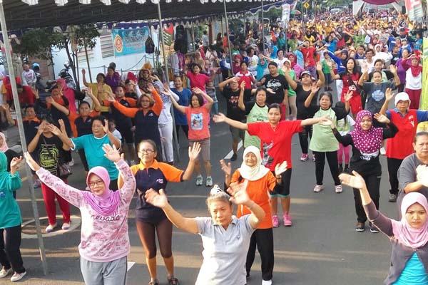 Warga mengikuti senam massal saat car free day di Jalan AM Sangaji Jogja, Minggu (16/10/2016). (Joko Nugroho/JIBI/Harian Jogja)