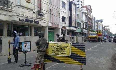 Pekerja berjaga di Jl. Gatot Subroto, Serengan, untuk menghalau kendaraan roda empat yang masuk jalan tersebut, Kamis (13/10/2016) pagi. (Irawan Sapto Adhi/JIBI/Solopos)