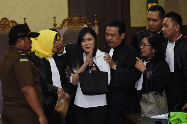 Terdakwa kasus pembunuhan Wayan Mirna Salihin, Jessica Kumala Wongso (tengah), memberikan salam seusai mengikuti sidang dengan agenda pembacaan vonis di PN Jakarta Pusat, Jakarta, Kamis (27/10/2016).(JIBI/Solopos/Antara/Akbar Nugroho Gumay)