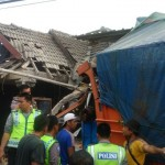 KECELAKAAN SRAGEN : Truk Tabrak 2 Rumah, Sopir Meninggal