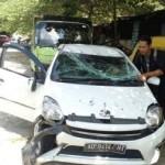 KECELAKAAN SOLO : Tabrak Median Jl. Adisucipto, Toyota Agya Terguling