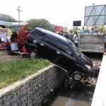 KECELAKAAN KARANGANYAR : Mobil Rombongan Polisi Solo Masuk Got