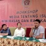 Mantan napi teroris, Yudi Zulfahri, 33 (kanan) memberikan materi tentang bahaya penyebaran radikalisme melalui media ekstrem di Workshop Media Tentang Isu Kekerasan dan Radikalisme di Syariah Hotel, Jumat (7/10/2016). (Muhammad Ismail/JIBI/Solopos)