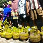 Antrean taung gas dalam operasi pasar di Kecamatan Mantrijeron Jogja, Selasa (18/10/2016). (Desi Suryanto/JIBI/Harian Jogja)