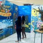 Sejumlah pengunjung menikmati karya lukisan yang dipajang pada Pameran Seni Visual di Balai Desa Wates, Kulonprogo, Sabtu (22/10/2016). (Rima Sekarani I.N/JIBI/Harian Jogja)