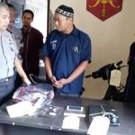 Ilham Hidayat, 21, mengenakan baju tahanan ditangkap Polsek Jebres dalam kasus pencurian, Kamis (27/10). (Muhammad Ismail/JIBI/Solopos)
