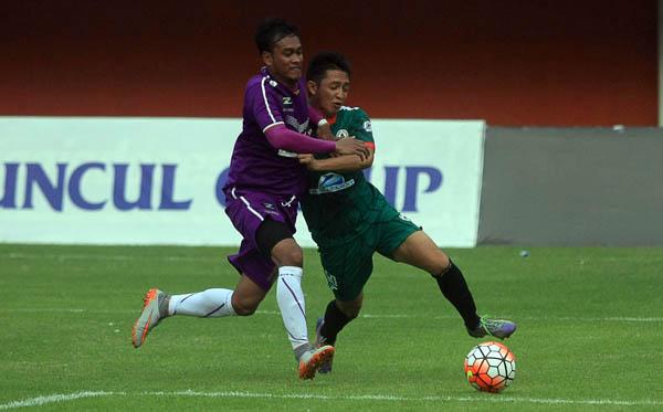 Pemain PSS Sleman Chandra Waskito berebut bola dengan pemain Persita Tangerang di Stadion Maguwoharjo, Sleman, Minggu (16/10) sore. PSS menang atas Persita 1-0 dalam babak 16 besar ISC B 2016. (Harian Jogja/JUMALI )