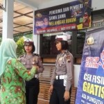 Petugas Satlantas Polres Boyolali menyosialisasikan tentang pemberantasan pungli kepada masyarakat di Kantor Samsat Boyolali, Selasa (25/10/2016). (Hijriyah Al Wakhidah/JIBI/Solopos)