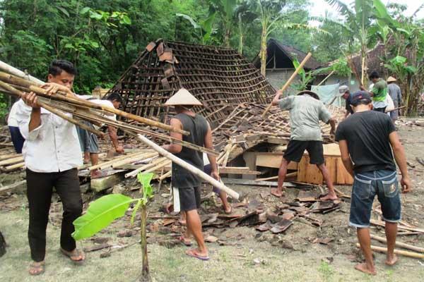 Sejumlah warga melakukan kerja bakti untuk membersihkan puing-puing rumah milik Samsudin yang tersapu angin kencang pada Minggu (16/10/2016) siang. (Foto istimewa)