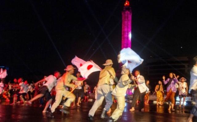 """Para """"pejuang"""" berupaya melumpuhkan """"tentara Jepang"""" dalam drama perjuangan memperingati Pertempuran Lima Hari di Semarang, di kawasan Tugu Muda, Jumat (14/10/2016) malam. (JIBI/Solopos/Antara/Aji Styawan)"""