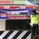 Dua anggota Polres Grobogan memasang spanduk di pos polisi lalu lintas, Selasa (25/10/2016). (tribratanewspoldajateng.net)