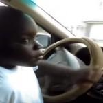 Bocah ini nyetir mobil sendiri. (Istimewa/Youtube)