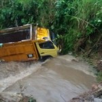 KECELAKAAN KARANGANYAR : Jembatan Ambrol, Truk Tercebur Ke Sungai