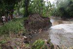 ABRASI SUNGAI : Pengerjaan Tebing Sungai Molor Karena Cuaca