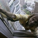 Alain Robert memanjat gedung tanpa alat pengaman. (Istimewa/Reuters)
