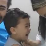Ayah menangis saat mendampingi anaknya vaksinasi (Youtube)