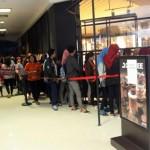 Warga antre di depan outlet donat Solo Grand Mall untuk membeli donat, Rabu (9/10/2016). (Sunaryo HB/JIBI/Solopos)