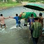 INFRASTRUKTUR KENDAL : Keranda Diusung Seberangi Sungai Gara-Gara Jalan Tak Layak