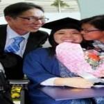 Foto Nyok Ping (tengah) bersama kedua orang tuanya setelah wisuda (Says.com)